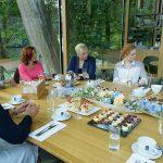 high tea met aantal dames